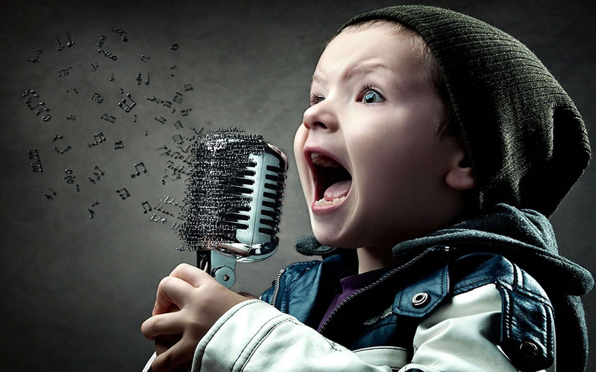 baiat-cu-hanorac-care-canta-la-microfon